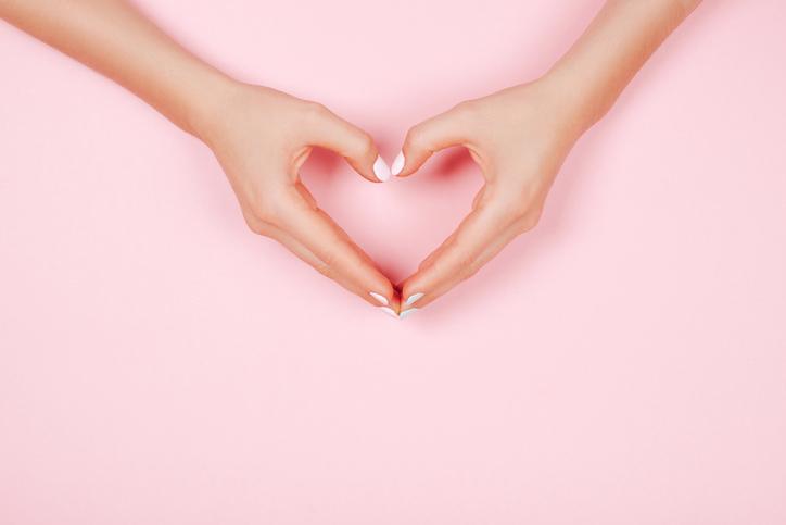 Chcesz stworzyć walentynkowy manicure? Oto najmodniejsze inspiracje i wzory!