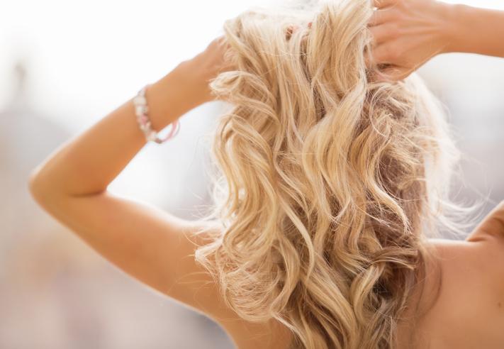 Chcesz dodać objętości włosom? Wykorzystaj te triki!