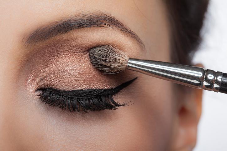 Jak utrwalić cienie do powiek? Kilka sposobów na trwały makijaż oczu