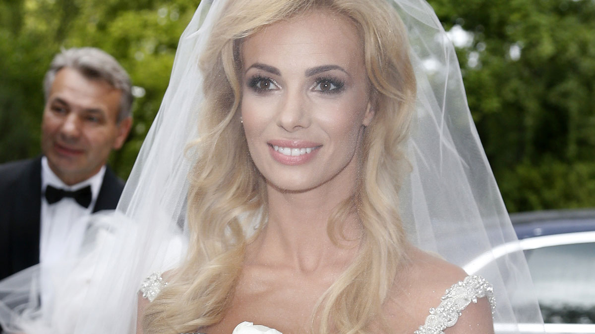 Za mała suknia, zła fryzura… Izabela Janachowska wyśmiewa SWOJE błędy ślubne! [VIDEO]