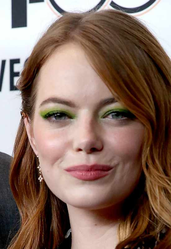 Emma Stone z kwiatami we włosach… i z zielonymi oczami
