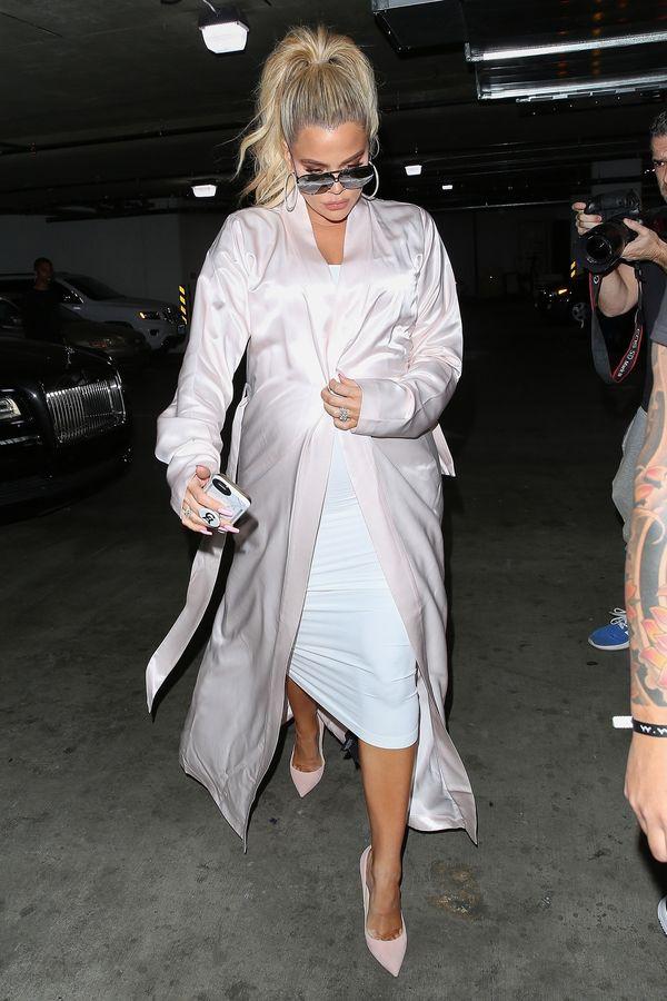 """Khloe Kardashian pokazała """"armię"""" olejków do ciała, których używa w ciąży"""