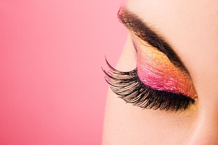 Ta kobieta mogła stracić wzrok. Kosmetyczka zakleiła jej oczy super glue! (FILM)
