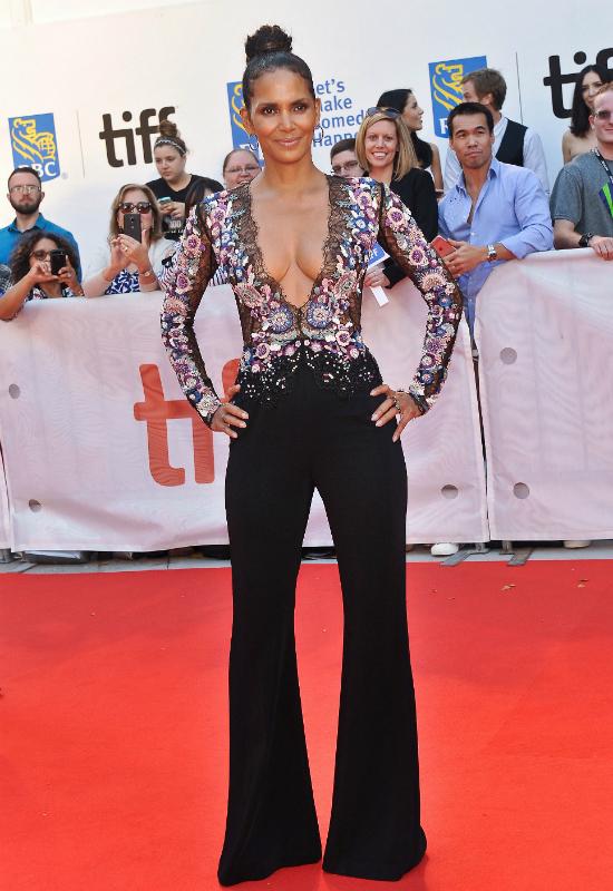 51-letnia Halle Berry z ogromnym dekoltem do pępka! Przesadziła? (FOTO)
