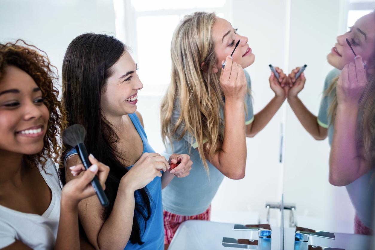 Sylwestrowy makijaż, który wytrzyma całą noc? Zrób to przed nałożeniem podkładu!