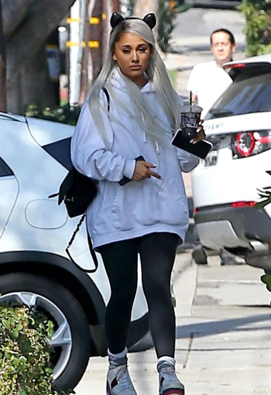 Ariana Grande przeszła metamorfozę. Wygląda jak plastikowa lalka z bogatego domu
