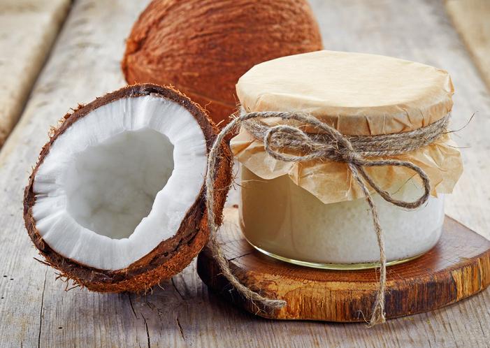Stosujesz olej kokosowy na włosy? Według najnowszych doniesień nie powinnaś!