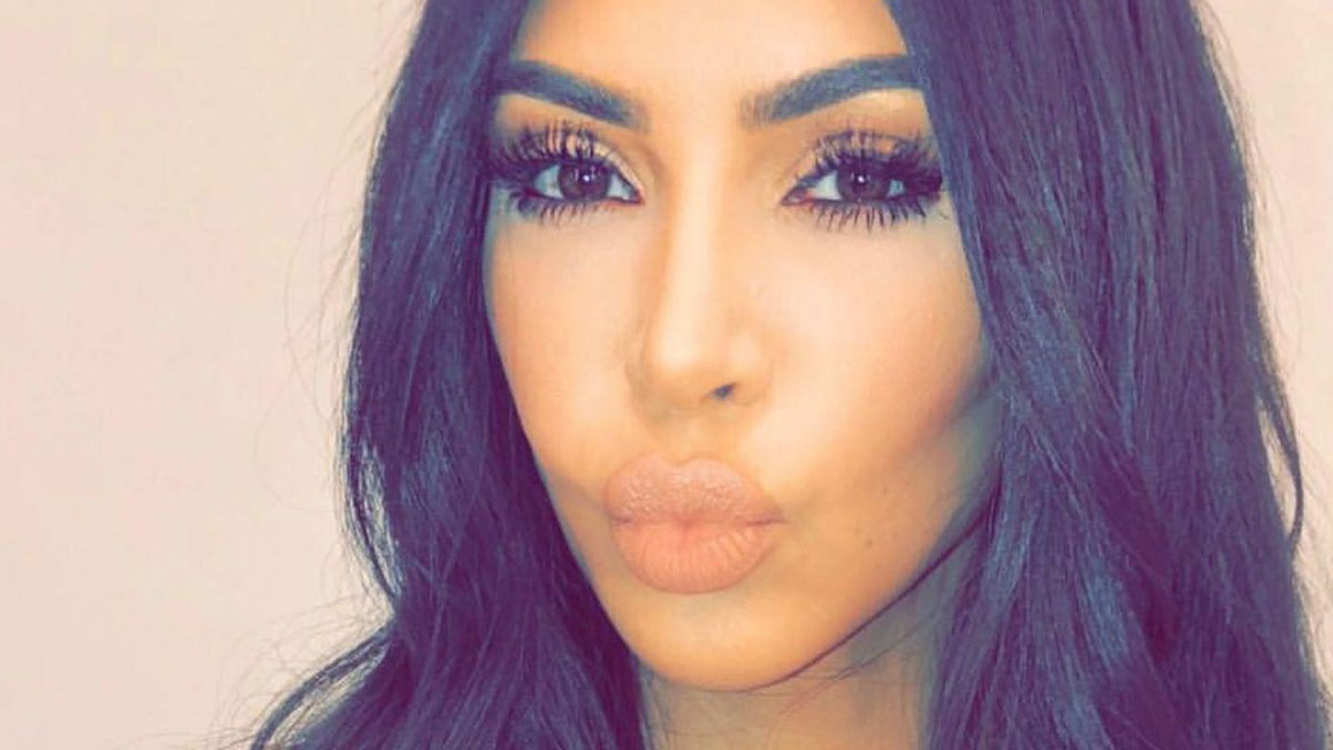 Kim Kardashian pokazuje jak krok po kroku wykonuje swój makijaż (FOTO)