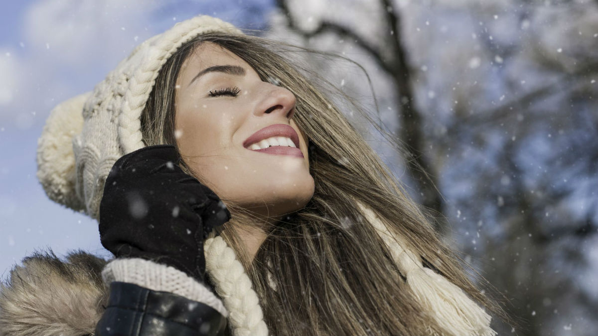 Idealne włosy przez całą zimę? Nałóż ten składnik przed ich umyciem