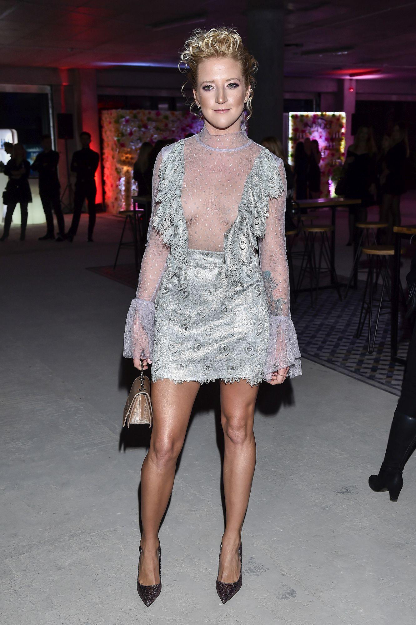 Lara Gessler w odważnej stylizacji na pokazie mody. Wygląda jak modelka?