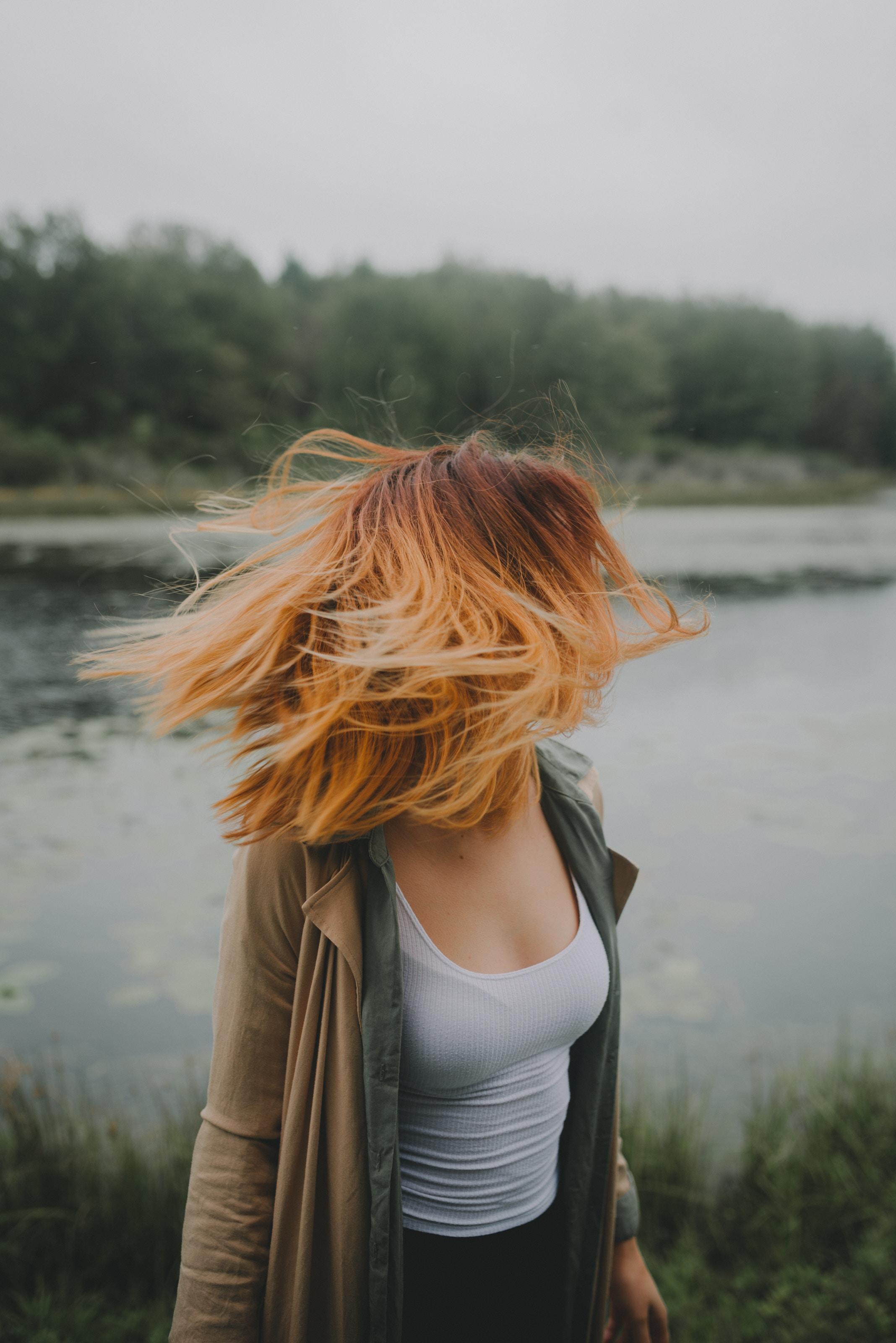 Oto, dlaczego ciągle wypadają Ci włosy. Na szczęście wiemy, jak to zatrzymać!