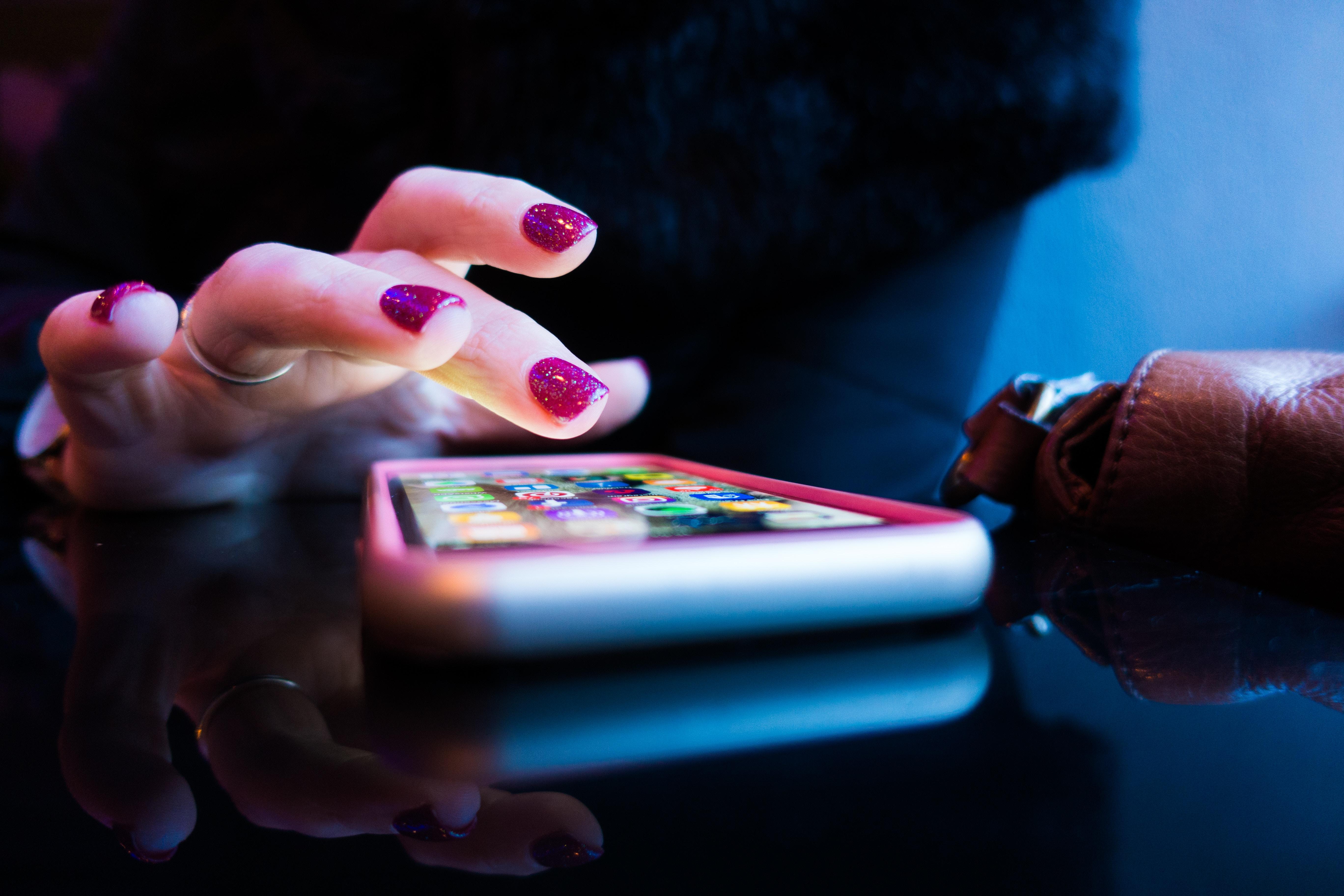 Czy tytanowe paznokcie faktycznie są lepsze od starej, dobrej hybrydy?