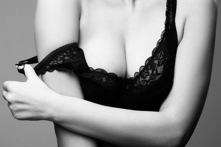 Zapomnij o staniku z push-upem! TEN makijaż powiększy Twoje piersi!