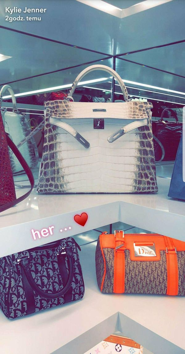 Kylie Jenner chwali się garderobą na… torebki! Ilość modeli od Hermesa…