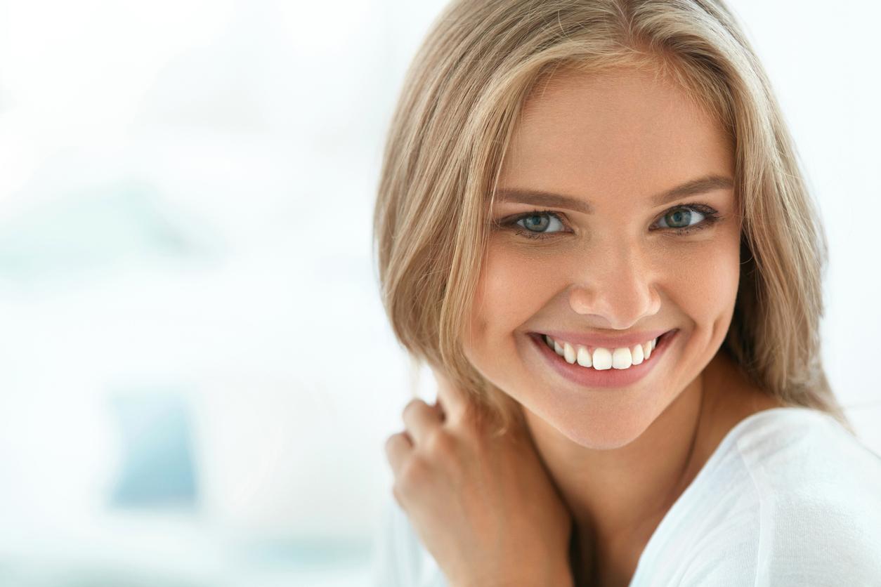 Unikaj tych metod wybielania zębów. Mogą przynieść więcej szkód niż korzyści
