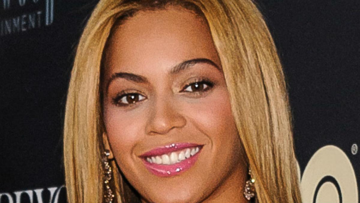 OMG! Wielkie piersi Beyonce błyszczą w bordowym kombinezonie! A Jay-Z?