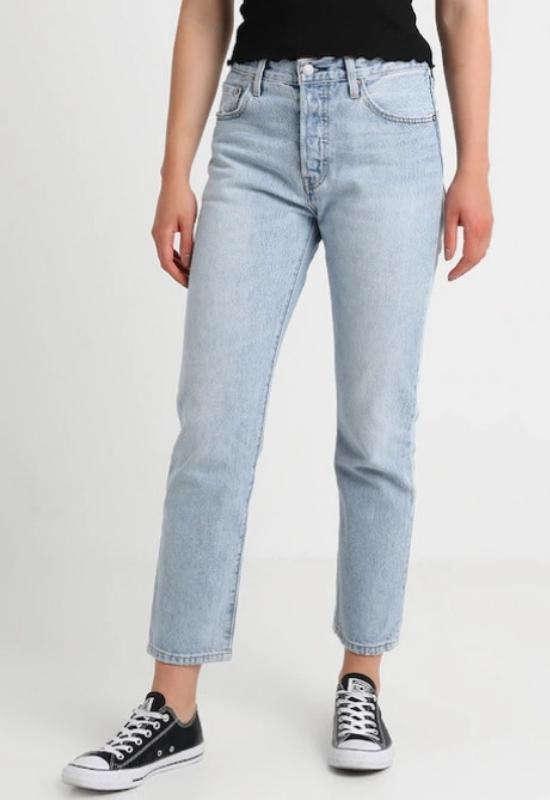 Wygląda na to, że mom jeans nadal będą królować w przyszłym roku