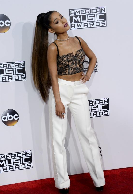 Ariana Grande zmieniła fryzurę! Zrezygnowała z kucyka i zmieniła kolor włosów!