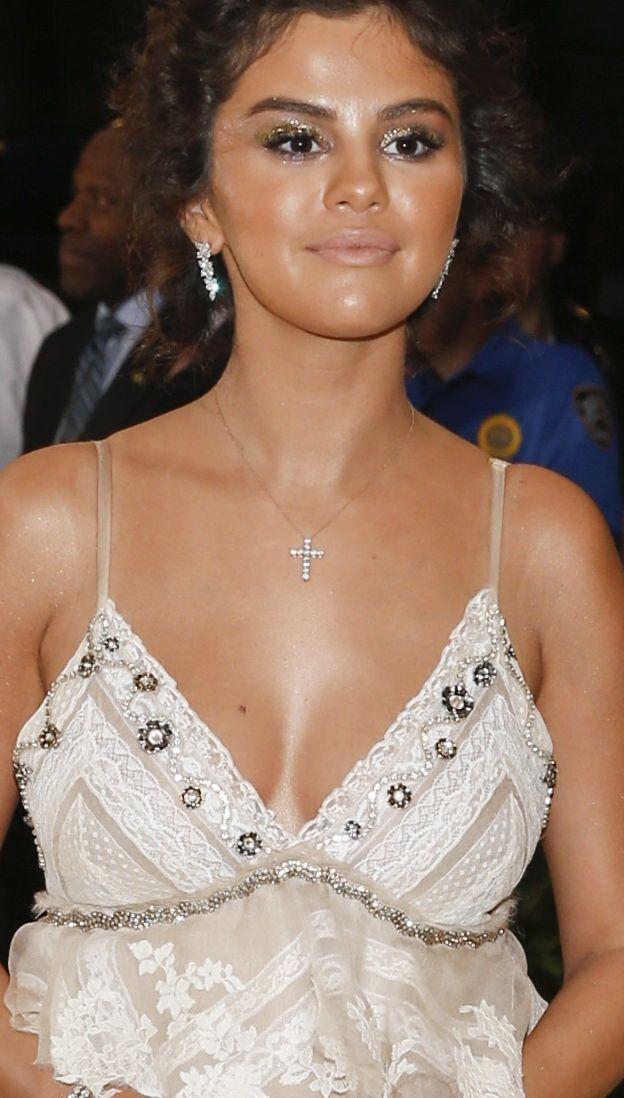 Wielka wpadka Seleny Gomez na Met Gali! Co się stało z kolorem jej skóry? (FOTO)