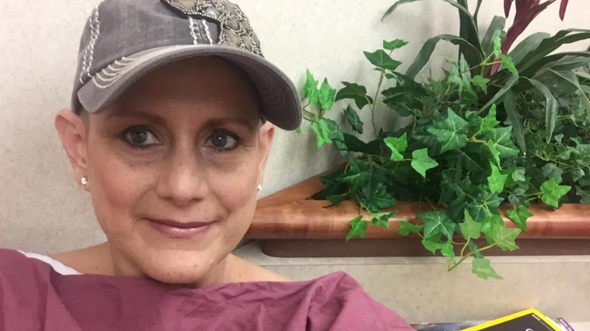 Implanty piersi powodują ryzyko zachowania na raka. Poznaj historię tej kobiety