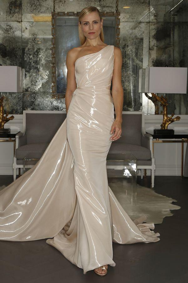 Dwie piękne kolekcje sukien ślubnych od Romony Kevezy (FOTO)