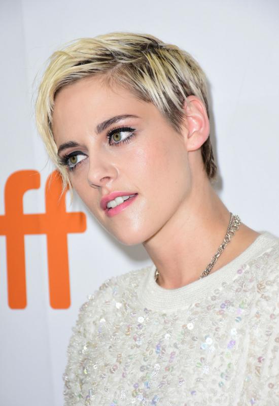 Kristen Stewart znowu kombinowała przy włosach! W końcu wygląda o niebo lepiej?