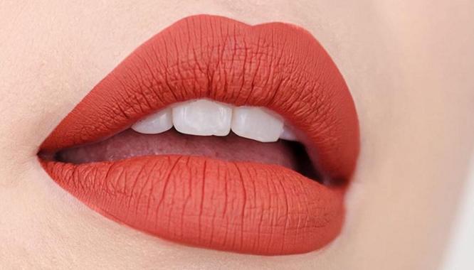 16 trików, które sprawią, że Twoje usta będą wyglądać na większe