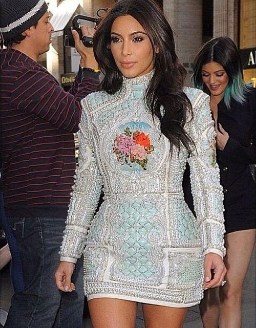 Tak Kim Kardashian bawi się w Paryżu! (FOTO)