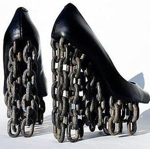 Buty z łańcuchem zamiast obcasa