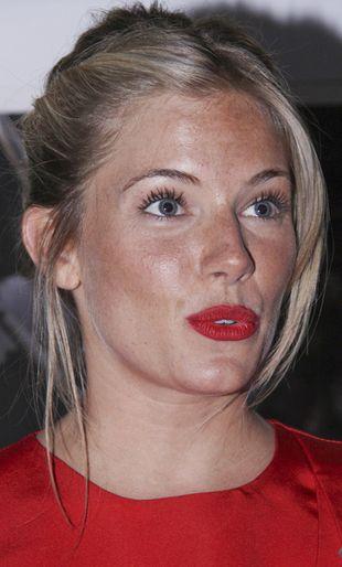 Sienna Miller w ognistej czerwieni