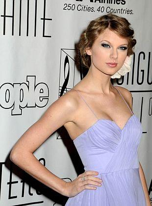 Taylor Swift z kwiatem we włosach
