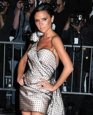 Victoria Beckham w sukni z trenem