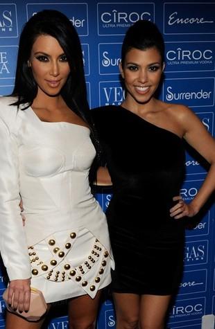 Asymetryczne sukienki sióstr Kardashian