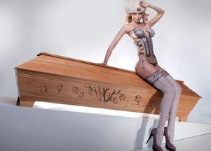 Roznegliżowane modelki ponownie pozują z trumnami