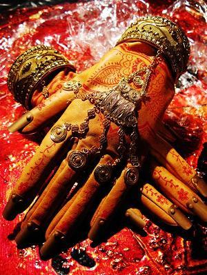 Niezwykłe rękawiczki w hinduskim stylu