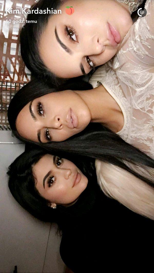 Kim Kardashian i Jennerki wystroiły się w piękne suknie i... (FOTO)