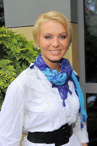Karolina Nowakowska ożywiła białą bluzkę
