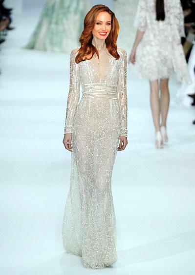 Czy suknia ślubna Angeliny Jolie jako rysunek wygląda lepiej