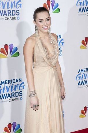 Miley Cyrus w sukni od Jenny Packham (FOTO)