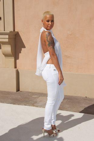 Amber Rose kusi w bieli