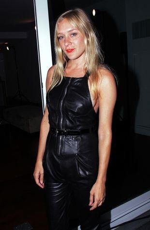Chloe Sevigny w skórzanym kombinezonie