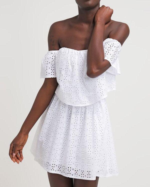 6d766f52699b Białe sukienki haftowane - przegląd sieciówek - Guess - 569 zł