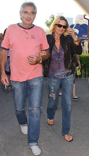 Dziurawe dżinsy - nosi je nawet...