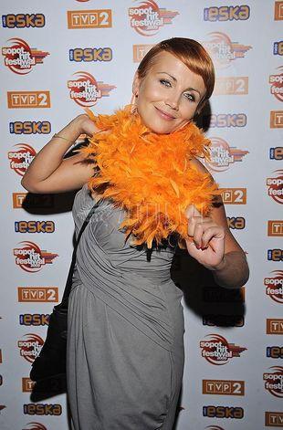 Kasia Zielińska w pomarańczowym boa