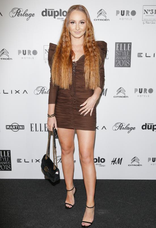 Niedomyte włosy Angeliki Muchy na ściance