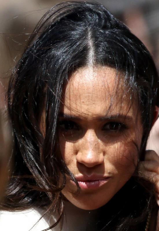 Opinia publiczna oburzona faktem, że włosy Meghan Markle nie są wiatroodporne