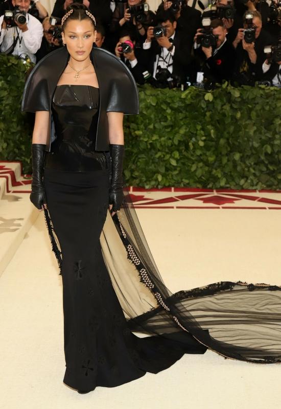 Bella Hadid podczas Met Gali nie mogła ruszać głową! Cierpiała z bólu!