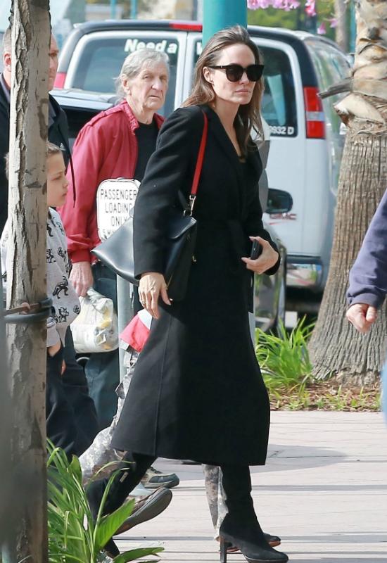 Dermatolog Angeliny Jolie w końcu ujawniła sekret jej pięknej skóry!