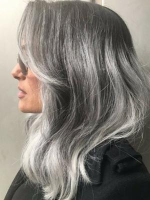 Salma Hayek ma srebrne włosy! Wygląda rewelacyjnie!