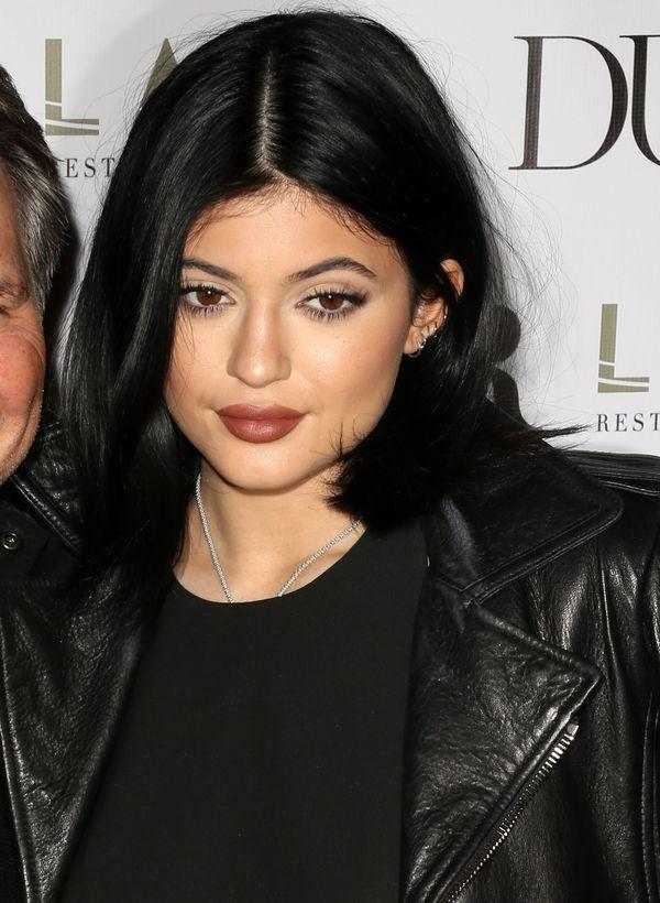 Kylie Jenner wcale nie unosi swoich brwi do zdjęć! (FOTO)